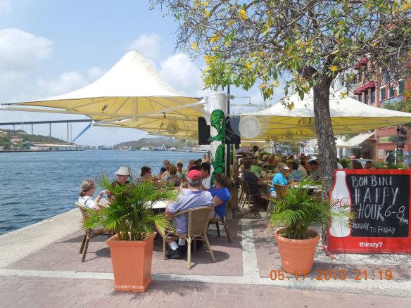 滨海临街的咖啡座